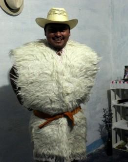 Sombrero y chuj de San Juan de Chamula