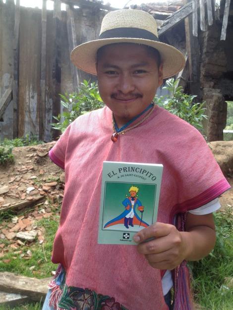 Xun con una edición de El Principito. Foto de Aurora Muriente